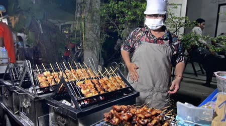 malajské : Thai woman selling cooked meats on sticks