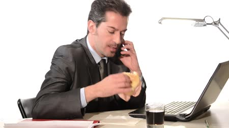 étkezik : Businessman at laptop eating sandwich Stock mozgókép