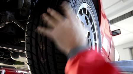 İngiliz anahtarı : automobile repair shop, replacing a tire