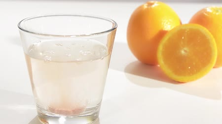 vitamine c : bruistablet in een glas water, vitamine c Stockvideo