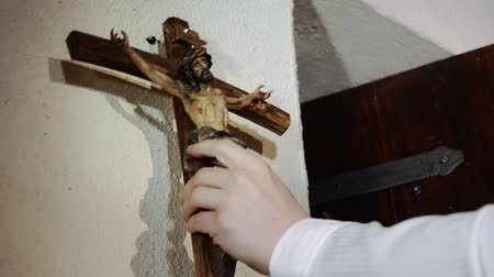 templombúcsú : Wooden cross and carving of Jesus being crucified on the cross.