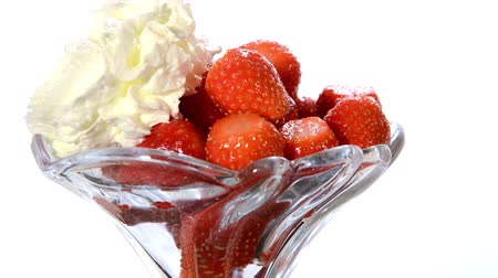 vitaminic : a dessert: strawberries with whipped cream