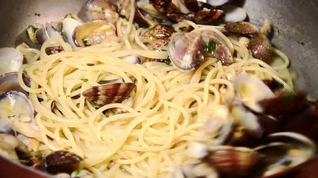 İtalyan : cooking spaghetti with clams
