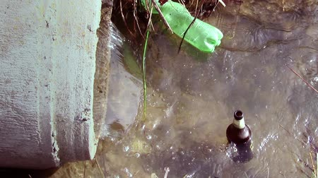 contaminação : wastes in the river, pollution