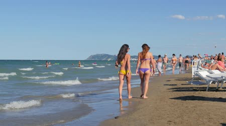 zsúfolt : Riccione is a main destination of tourism on the Adriatic riviera of Romagna, and, together with Rimini, is one of the best known seaside