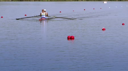 yarışmalar : athlete in action in a rowing competition Stok Video