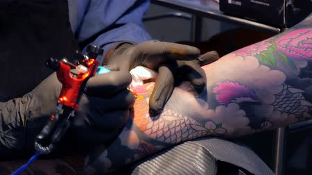 tatuagem : Tattoo saloon. Tattoo artist working close up 4k. Stock Footage
