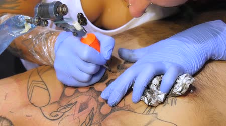 tetoválás : Tattoo saloon. Tattoo artist working close up 4k. Stock mozgókép