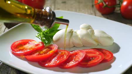 İtalyan : pouring olive oil over caprese salad Stok Video
