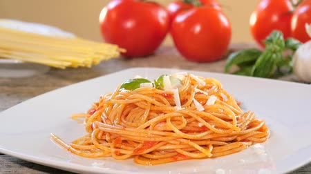 molho de tomate : spaghetti with parmesan cheese and tomato sauce