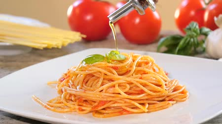 macarrão : Traditional italian recipe. Eating spaghetti with tomato sauce, parmesan cheese, olive oil and basil. Vídeos