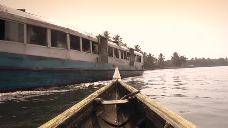 voluntário : Regular ferry services connect most locations on both banks of the backwaters. It is the cheapest mode of transport through the backwaters