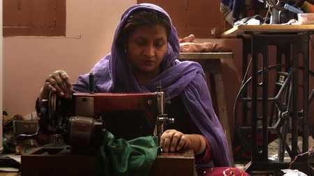 varrónő : varanasi, india, seamstress at work