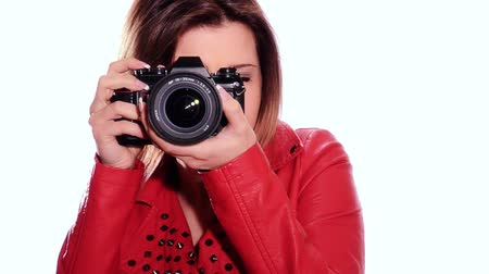 fényképész : Pretty young woman taking photos with her camera over white background