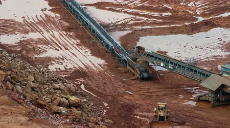 productiviteit : Part of a pit with big mining truck working