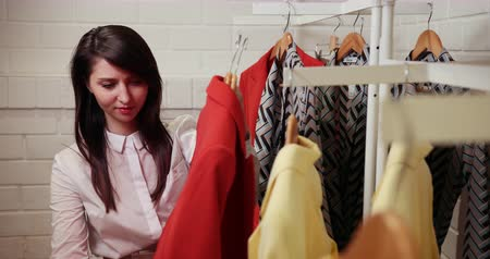 ramínko : A Beautiful Girl Chooses Clothes In A Showroom But She Does Not Like Red Clothes Prores Dostupné videozáznamy