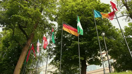 společenství : Flags of countries around the world is flying.