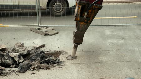 demolição : Close-up of hydraulic arm hammer breaks the asphalt on the road. Prores, slow motion