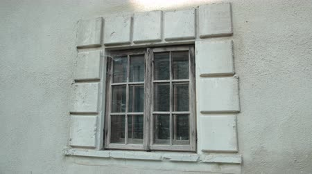 углы : old wooden window, on a gray shabby building, around cobwebs and dirt Стоковые видеозаписи