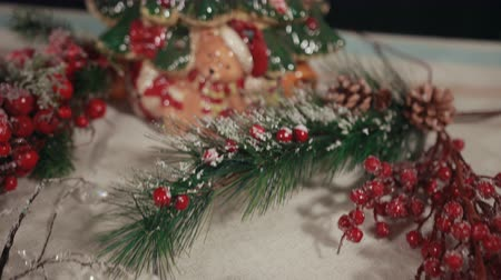 падуб : Festive traditional Christmas decorations, holly tree branches, baubles. ornaments in red, green, white, sprinkled with snow.