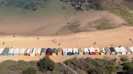 esquerda : Aerial of Brighton Bathing Boxes in Melbourne facing sea, dolly left movement