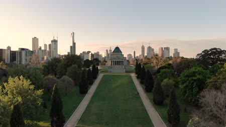 mais : Aerial of Shrine of Remembrance and Melbourne skyline at sunset, rising crane shot. Stock Footage