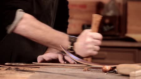 couro : Leather goods craftsman at work in his workshop, France