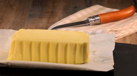молочный : Plate of butter wrapping ready to eat on turn table
