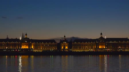 tramwaj : Place de la bourse and the garonne river in Bordeaux, France a unesco world heritage site Wideo