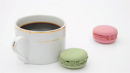 kawa filiżanka : cup of coffee and macaroons sliding in Wideo