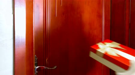 bater : Santa Claus with gift knocking the door 4K