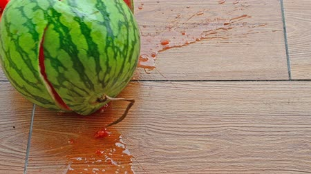 kořist : fresh watermelon dropped to the floor at normal speed and 5 times slow motion