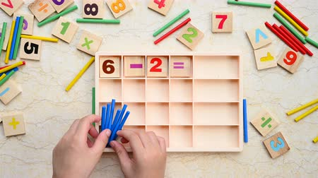 çözmek : kid doing subtraction equation using counting rods Stok Video
