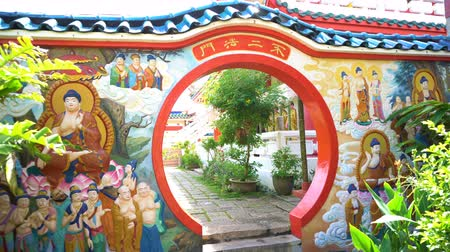 Gate with round doorway at Chinese temple Vídeos