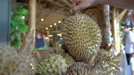 dikenli : Choosing durian at fruit stall Stok Video