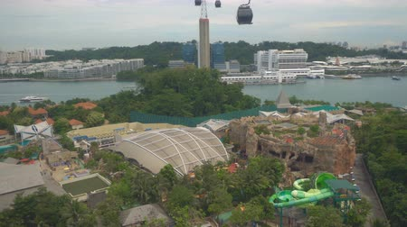 singapur : Riding on cable car above theme park, view from cabin