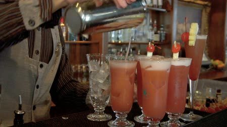 koktél : Barmen preparing singapore sling cocktail
