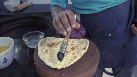 служить : Indian chef cutting garlic naan Стоковые видеозаписи