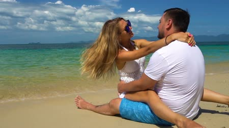 casal : Romantic Couple have fun on the Beach
