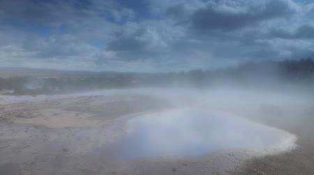 géiser : Icelandic geyser vapors and picturesque nature. Slow Motion Footage.