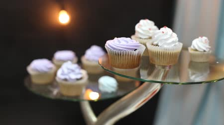 queque : cupcakes with happy birthday tags.