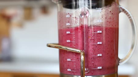 meyve suyu : Berry banana smoothie being mixed in blender
