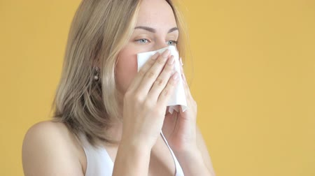 üfleme : Sick woman in bed blowing nose in paper tissue Stok Video