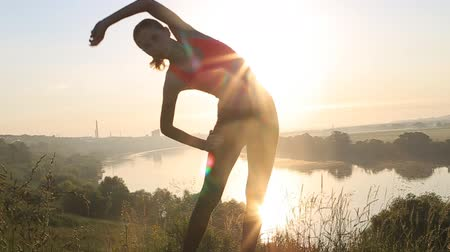 estilo de vida saudável : Happy young woman practicing yoga at sunset. Healthy active lifestyle concept