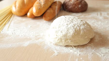 hamur : the man sprinkles the dough with flour Stok Video