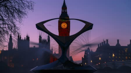 Лондон : Time lapse Big Ben view from the Revolving Torsion Fountain in London, UK Стоковые видеозаписи