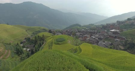 filipíny : Beautiful 4k aerial shot of Longsheng Village and Terraced Rice Field at Morning - Longsheng, Guangxi province, China. Rural view, agriculture, scenic area.Top view of small wooden traditional houses.
