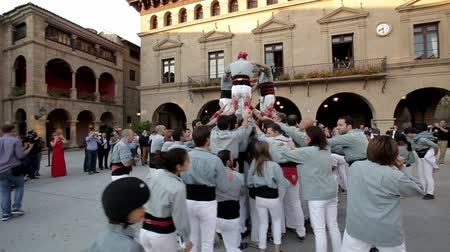 festa : Barcelona, Spain - June 1, 2016 : Group of people makes human tower in Barcelona, Spain on June 1, 2016. Worldwide famous catalan human towers are on UNESCOs Cultural Heritage List.