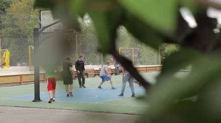 savunma oyuncusu : Russia, Moscow - June 1, 2017 : Many young unidentified people playing basketball outdoors in park in Moscow, Russia on June, 2017 Stok Video