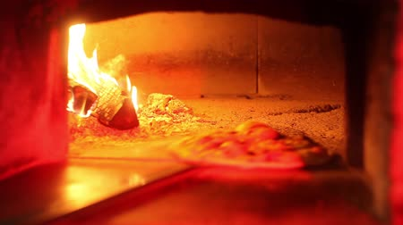forno : pizza in forno in mattoni Filmati Stock